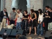 """Lo staff del CaterRaduno e le due """"mascotte"""" canine sul palco di Piazza Roma"""