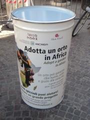 Uno dei bidoni di Slow Food presenti in piazza per raccogliere fondi