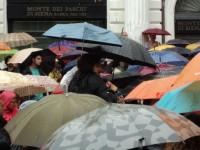 Sara Zambotti tra gli ombrelli che riempiono Piazza Roma