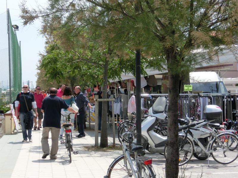 La mostra-mercato sul lungomare Mameli, promosso dall'Associazione Riviera Nord di Senigallia