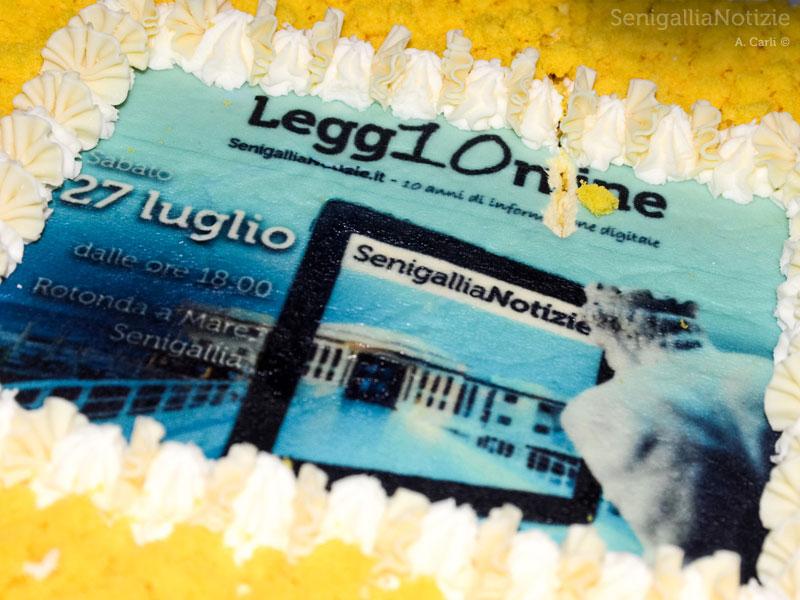 Il taglio della torta di compleanno per i 10 anni di SenigalliaNotizie.it