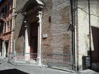 la chiesa del Carmine ha subito un distacco di alcuni frammenti di cornicione