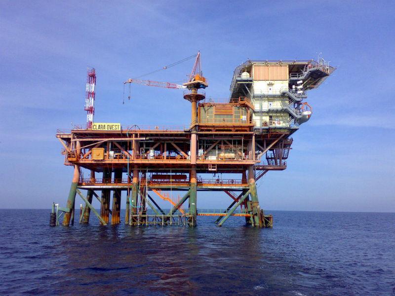 L'isola Clara Ovest per l'estrazione di idrocarburi collegata alla raffineria Api di Falconara Marittima, nel mare Adriatico