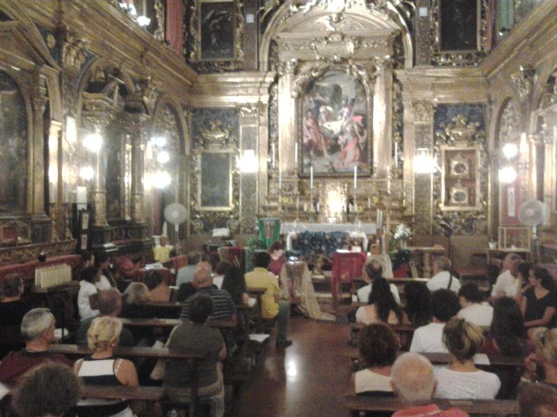 La Chiesa della Croce affollata di persone