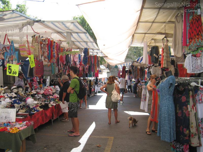 Il mercato in piazza Simoncelli