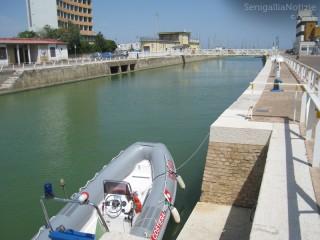 Vista del porto canale, gommone della Guardia Costiera