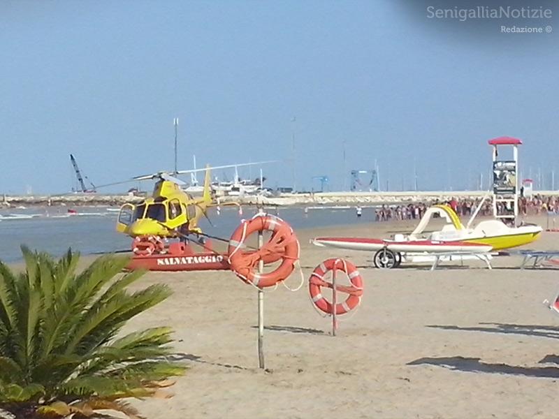 L'eliambulanza alla spiaggia di Senigallia