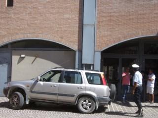 L'auto sul marciapiede del Teatro La Fenice