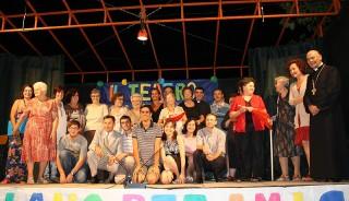 """Il gruppo de """"Il Teatro non ha età"""" edizione 2013, assieme al Vescovo Orlandoni"""