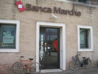 La filiale di Banca Marche in piazza del Duca a Senigallia, con lo sportello Bancomat