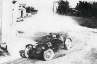 """La Maserati T.26 di Ruggeri e Plomitallo alla curva del """"Cavallaro""""."""