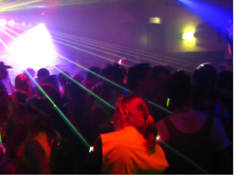 Giovani in una discoteca