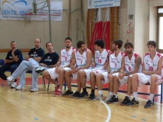 Alcuni giocatori della Pallacanestro Senigallia con lo staff tecnico