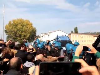 Manifestazione #apranzoconletta: le cariche della polizia ad Ancona