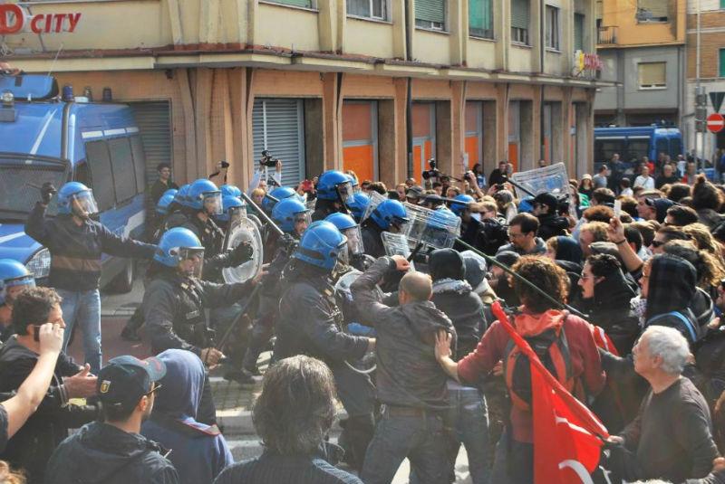 Tensione tra manifestanti e Polizia ad Ancona durante la visita di Enrico Letta