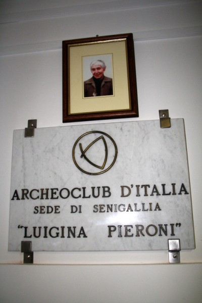 Inaugurazione nuova sede dell'Archeoclub di Senigallia - targa per la fondatrice Luigina Pieroni