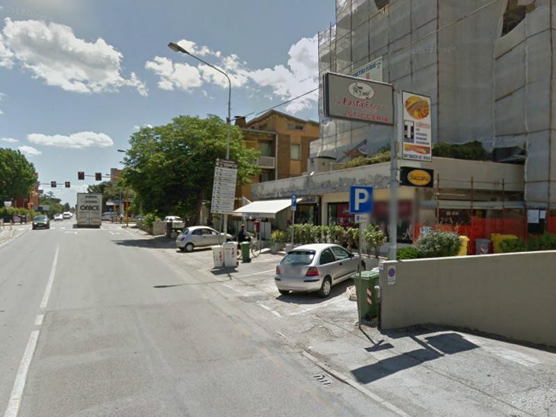 Gli esercizi commerciali di via Podesti, zona Ponterosso, a Senigallia