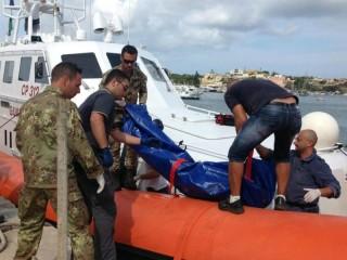 La tragedia degli immigrati morti mentre tentavano di raggiungere Lampedusa, il recupero dei corpi
