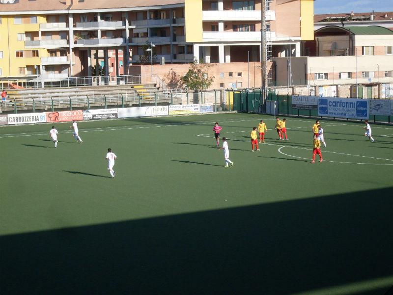 L'esultanza di Pesaresi dopo il gol decisivo alla Cagliese (3 novembre 2013)
