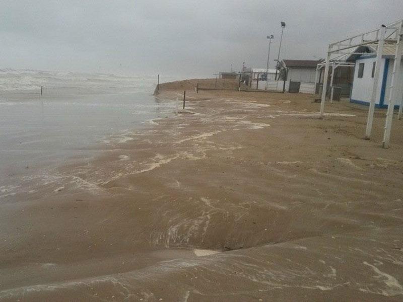 Maltempo a Senigallia: il mare divora la spiaggia