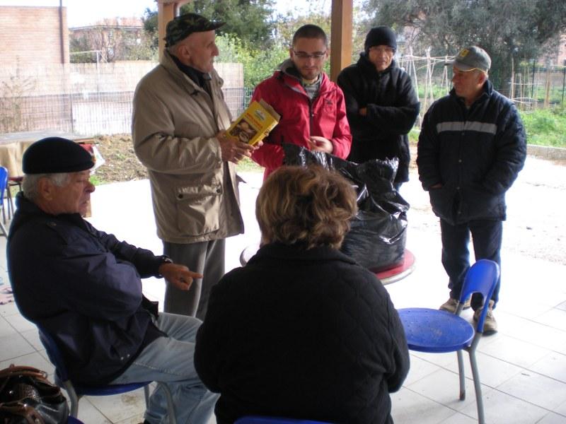 Un momento dell'incontro sul compostaggio presso gli orti urbani di Senigallia