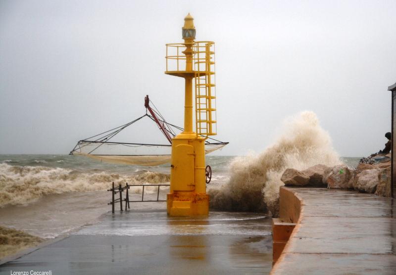 Il mare sul faro del molo di levante