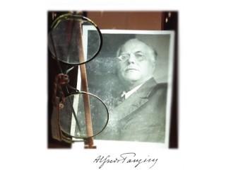 Alfredo Panzini e un cimelio (gli occhiali dello scrittore) nella sua casa rossa