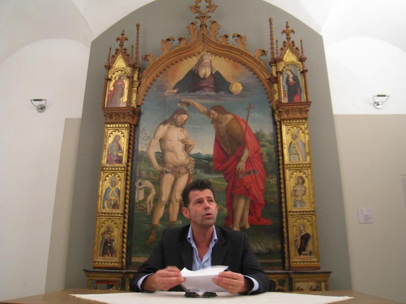 """Maurizio Mangialardi, sotto la pala della chiesa collegiata di San Medardo, di Luca Signorelli (Cortona, 1445/1523) intitolata """"Battesimo di Cristo"""""""