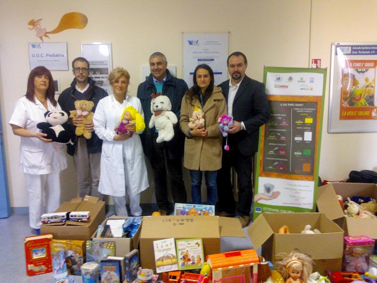 Consegnati alla ludoteca del reparto pediatria dell'ospedale di Senigallia i giocattoli raccolti durante la Settimana per la Riduzione dei Rifiuti
