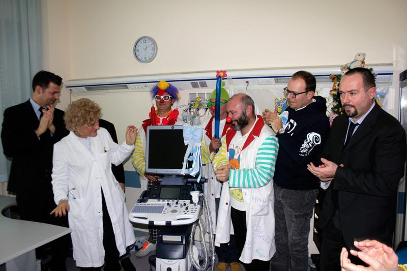 l'ecografo mobile donato all'ospedale di Senigallia dall'ass OndaLibera e dall'ass Vip Claun Ciofega
