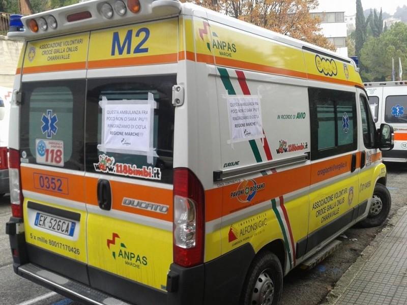 La protesta delle ambulanze Anpas davanti li palazzo regionale delle Marche