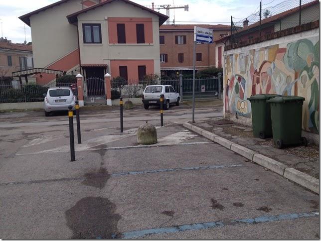 Lo spiazzo antistante lo stadio G.Bianchelli di Senigallia: il panettone e i paletti per segnalarlo, ora volatilizzati