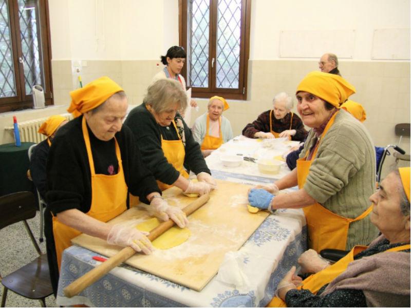 anziani all'opera in cucina nella casa di riposo di morro d'alba ... - Laboratorio Di Cucina