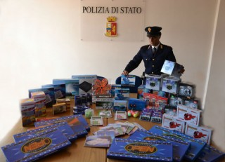 Materiale sequestrato in un negozio cinese a Senigallia