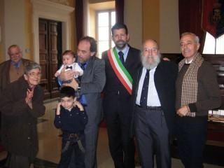 Il barbiere Streccioni, con la famiglia, premiato in Comune