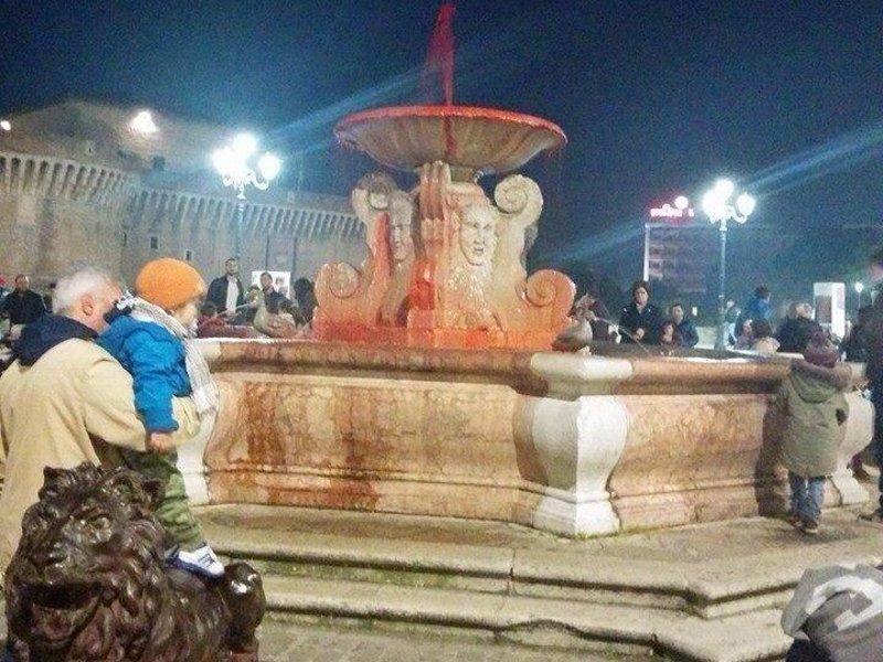 La fontana dei Leoni imbrattata dai militanti di CasaPound