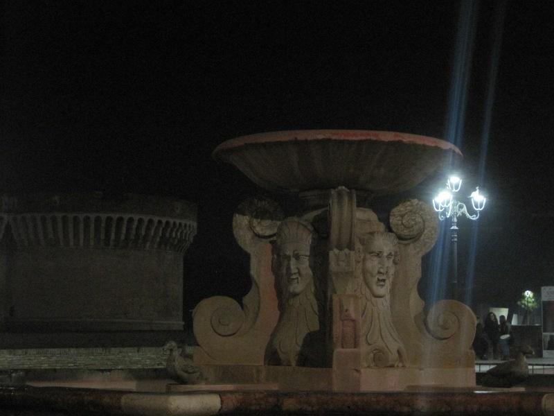 Fontana dei Leoni chiusa e transennata dopo il blitx di CasaPound - Foto Ceccacci