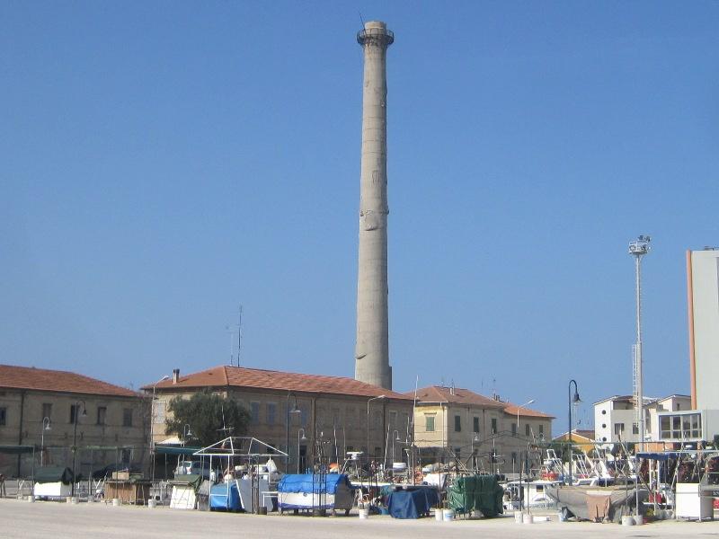 Ciminiera dell'ex-Italcementi sul porto di Senigallia