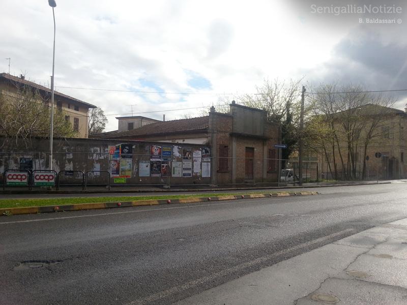I lavori di demolizione degli edifici in degrado lungo viale Leopardi, nell'area della Penna