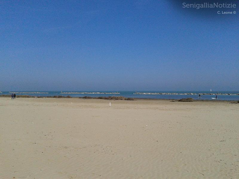 Detriti sulla spiaggia di Senigallia a causa delle mareggiate invernali