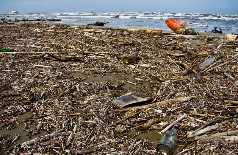 La spiaggia di Senigallia invasa dai rifiuti e dai detriti