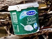 Rifiuti in spiaggia: un maxi-vasetto di yogurt