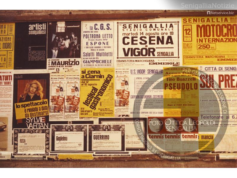 Manifesti affissi a Senigallia (1972) - Foto Leopoldi