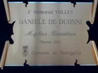 La targa del Comune di Senigallia per la miglior giocatrice del 4° Memorial Daniele De Duonni