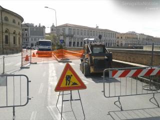 Transennato il tratto di via Portici Ercolani per i lavori al marciapiede fino a via Perilli