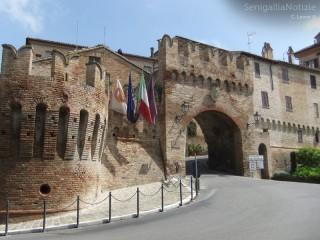 Le mura storiche di Corinaldo e l'ingresso al centro abitato