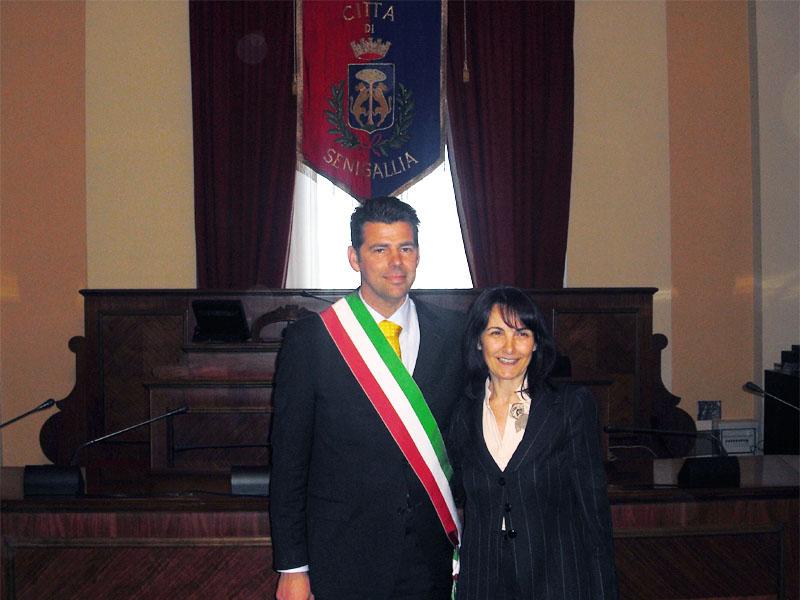 Maurizio Mangialardi il giorno dell'elezione a Sindaco, insieme a Luana Angeloni