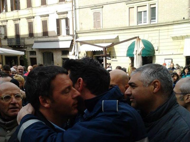 Renzi abbraccia Mangialardi dopo l'alluvione del 3 maggio 2014