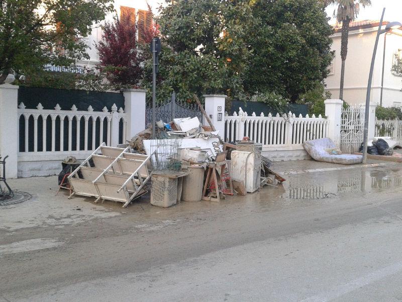 Danni a Senigallia dopo l'alluvione del 3 maggio 2014: mobili e suppellettili accatastati lungo corso Matteotti