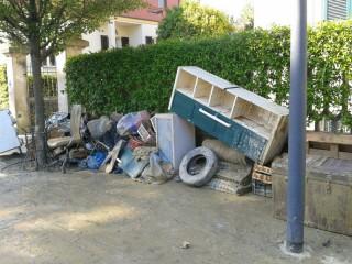Senigallia alle prese con la pulizia dal fango e con lo sgombero delle cantine e garages per l'alluvione del 3 maggio 2014